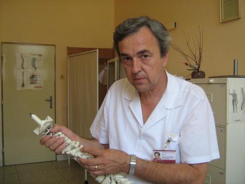 2010 s chrbticou pri názorných ukážkach