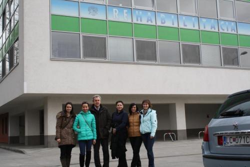 2013 kurzisti pred budovou Rehabilitácie